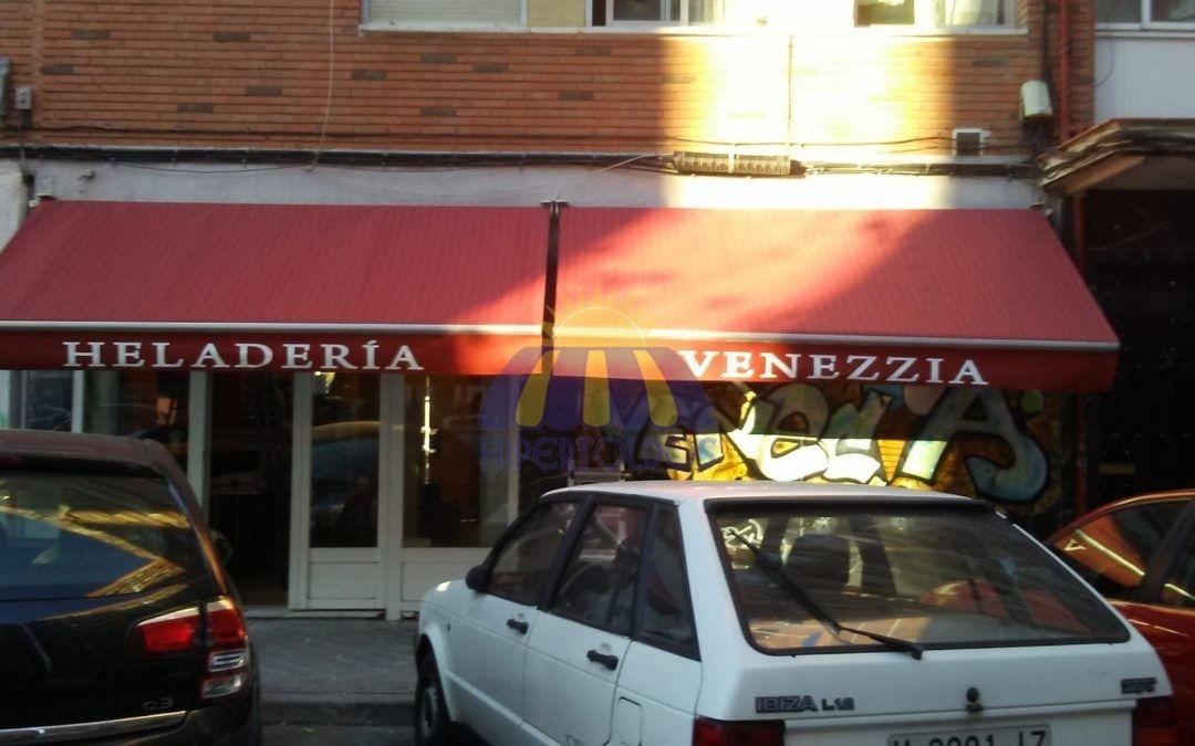 Renovamos el toldo de su comercio – Heladería en Aluche Madrid