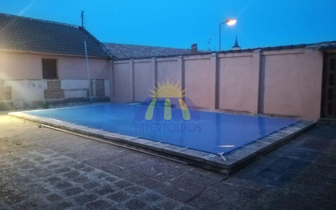 Trabajamos hasta terminar, instalación de cobertor de piscina en Casa Rubios